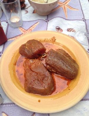 Was hier aussieht wie marinierte Hähnchenbrust sind tatsächlich Thunfischsteaks.