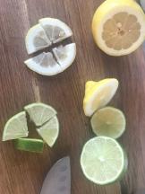 Karaffe kann mit ganz verschiedenen Früchten und Gewürzen aromatisiert werden.